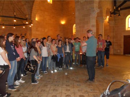 Der Schillerchor beim spontanen Singen in der Brotvermehrungskirche in Tabgha (Foto: Naomi Ehrlich)