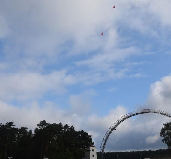 Ballon bei Start mit Antennenanlage im Hintergrund