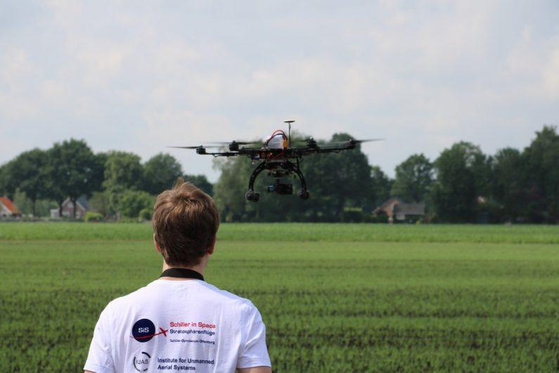 Nicola beim Drohnenflug